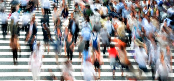 Gente en movimiento por la calle.